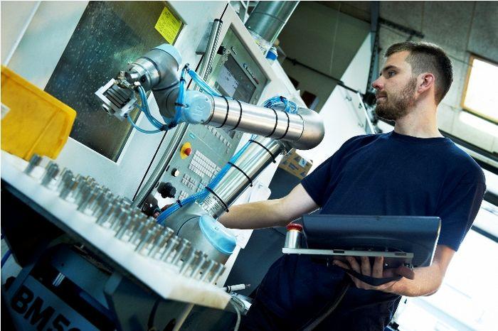 Робот и человек работают рука об руку